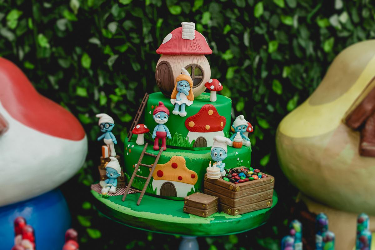 bolo decorado com o tema smurfs