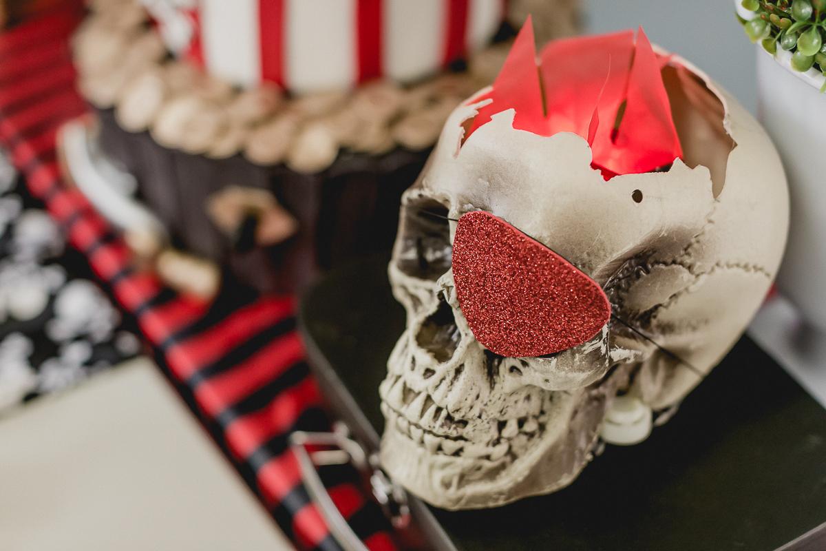caveira na mesa do bolo com o tema de pirata