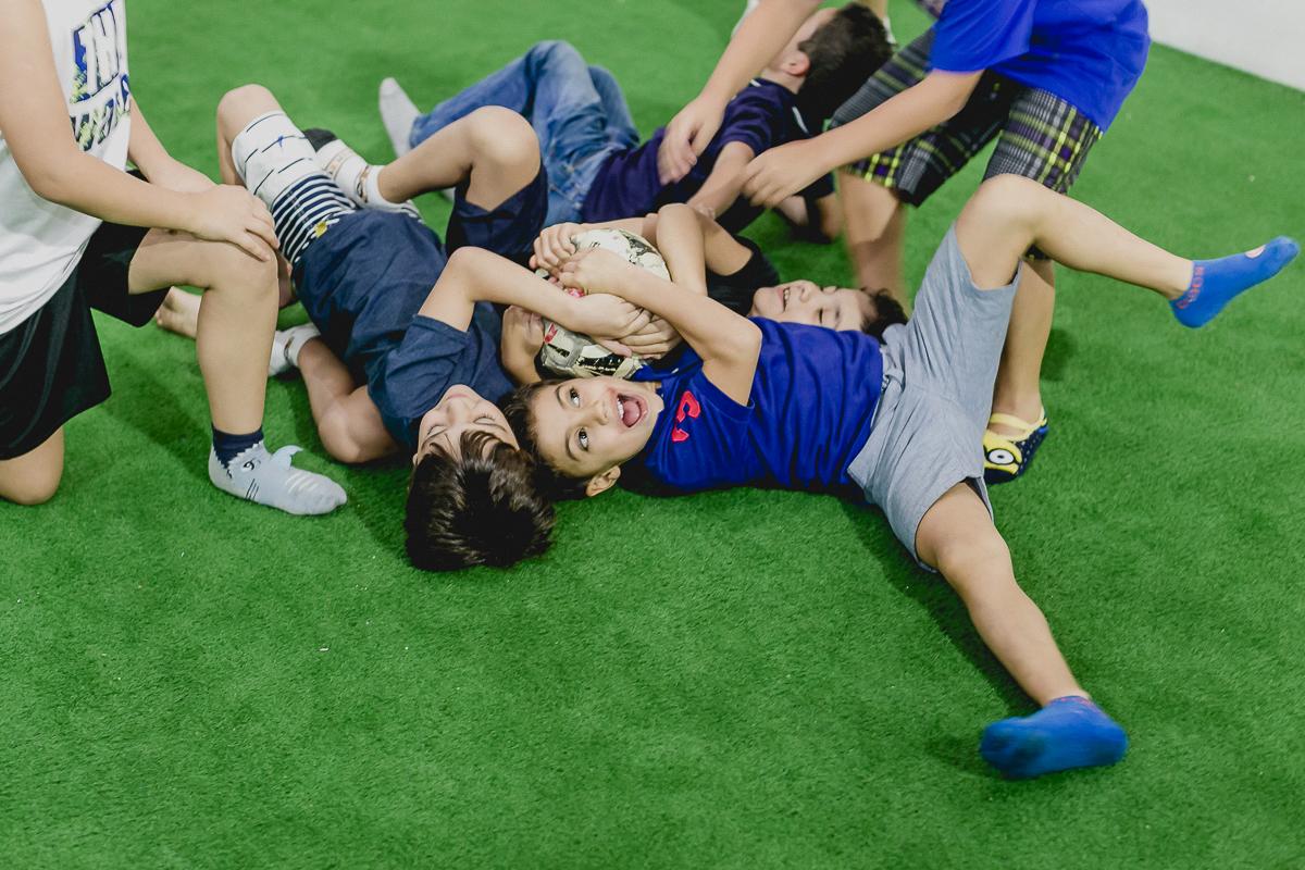 disputando a bola de futebol com os amigos
