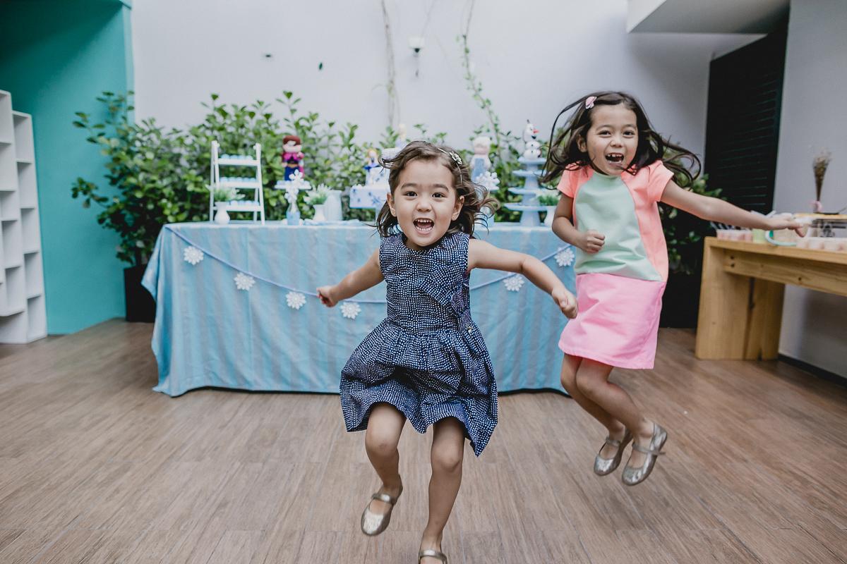 pulando de alegria com a irma na festa de aniversario