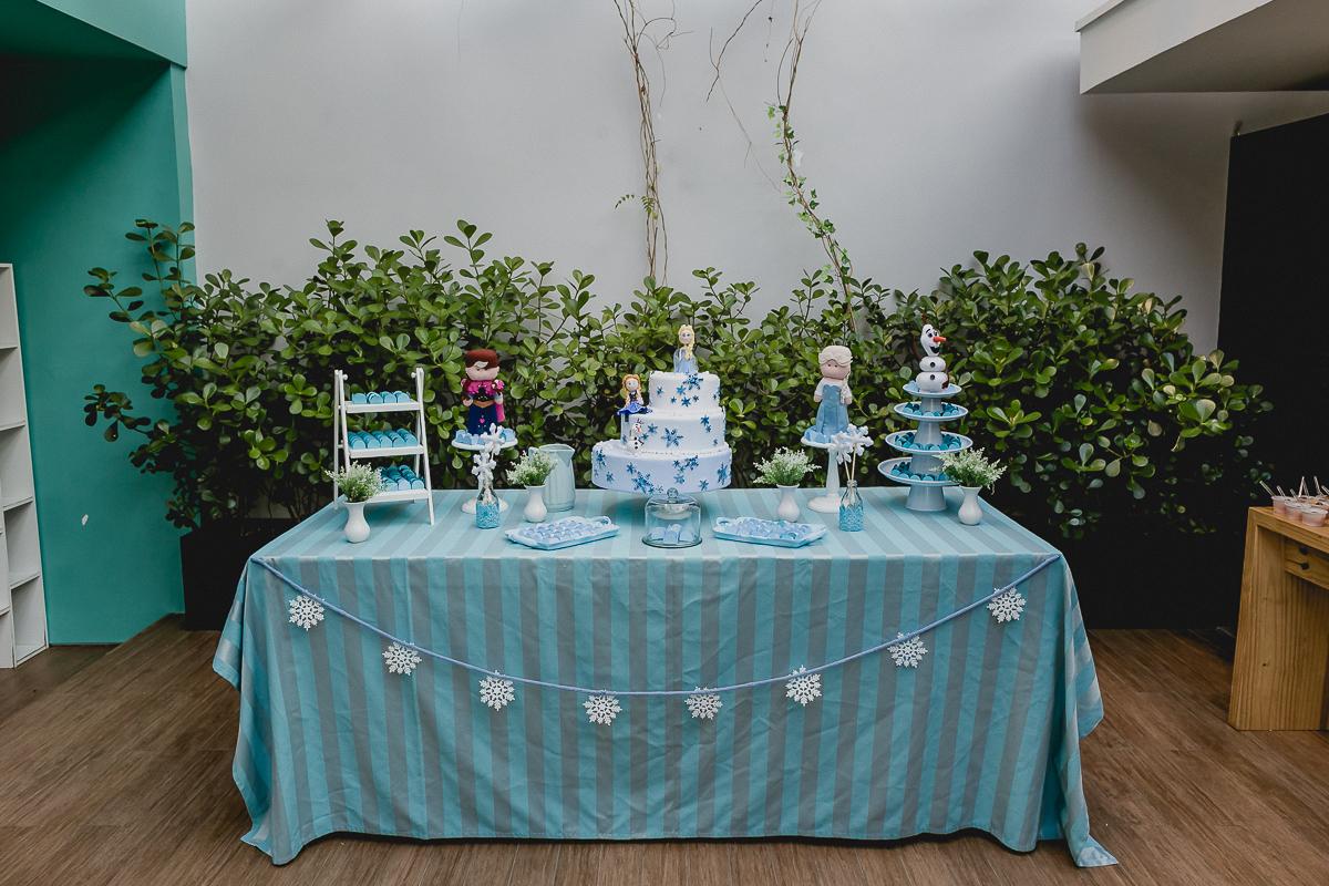 Mesa do bolo de aniversario com o tema frozen