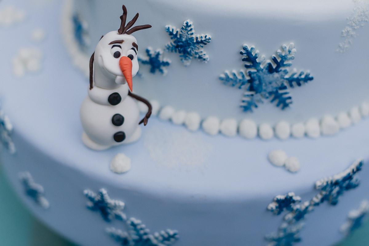 detalhe do bolo de aniversario com o olaf da frozen