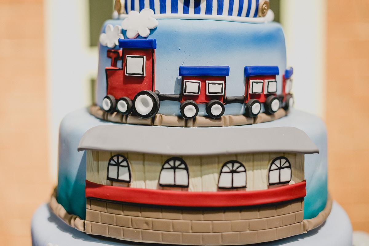 detalhe do bolo com o tema thomas e seus amigos