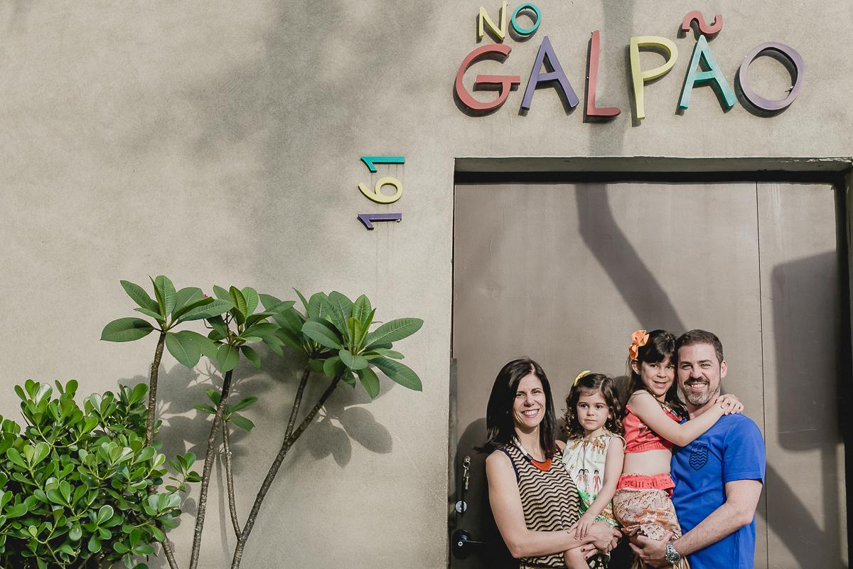 retrato em familia na frente do buffet no galpao localizado em pinheiros sao paulo sp