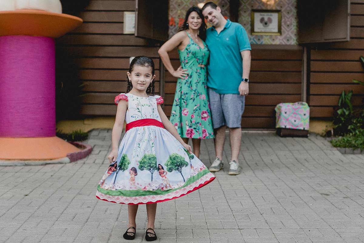 retrato em familia na frente do buffet miniland