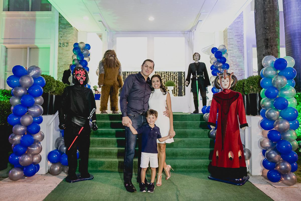 retrato em familia na fachada do buffet planet mundi