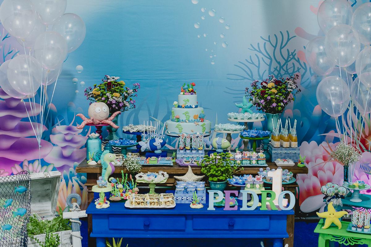 detalhes da mesa do bolo com o tema fundo do mar