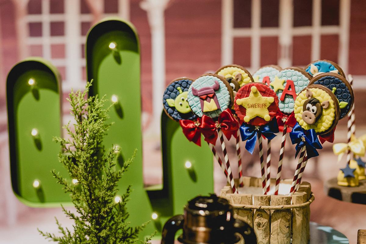 detalhes da mesa do bolo com o tema toy story feita pela meire cespede
