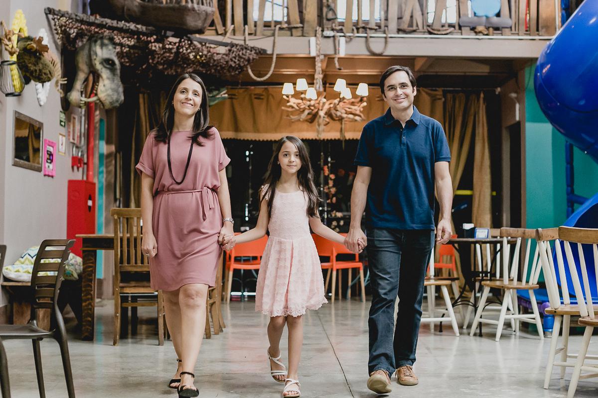 familia chegando para curtir a festa no buffet miniland museu