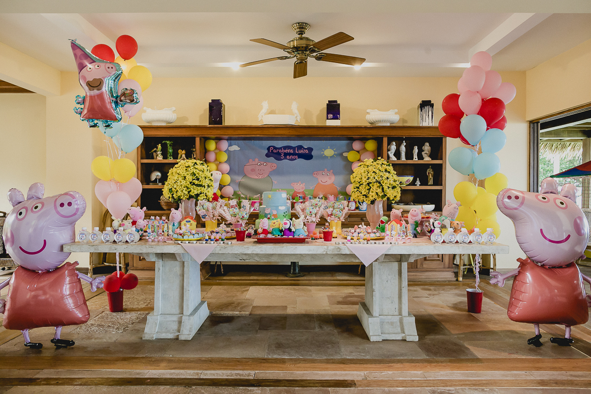 mesa da festa de 3 anos com o tema peppa pig
