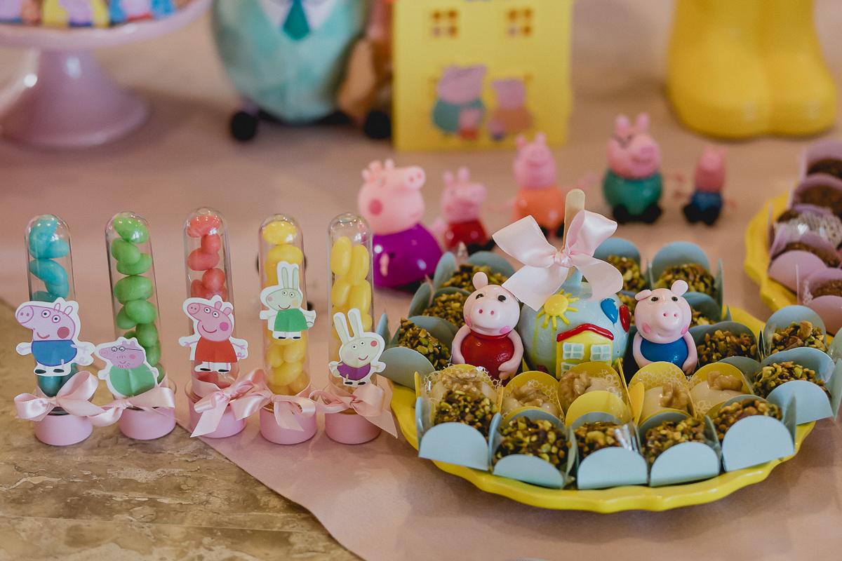 detalhes da mesa do bolo com o tema da peppa pig