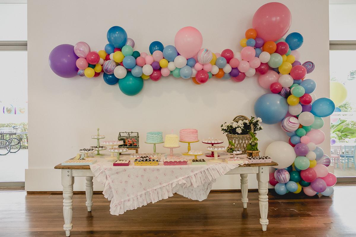 mesa decorada pela marcela fongaro na festa de 5 anos da luisa