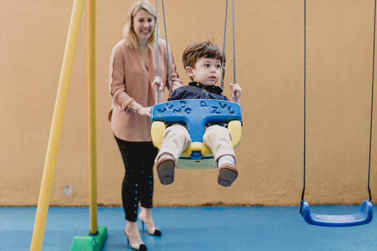 brincando no balanço com a mamae no playground do predio