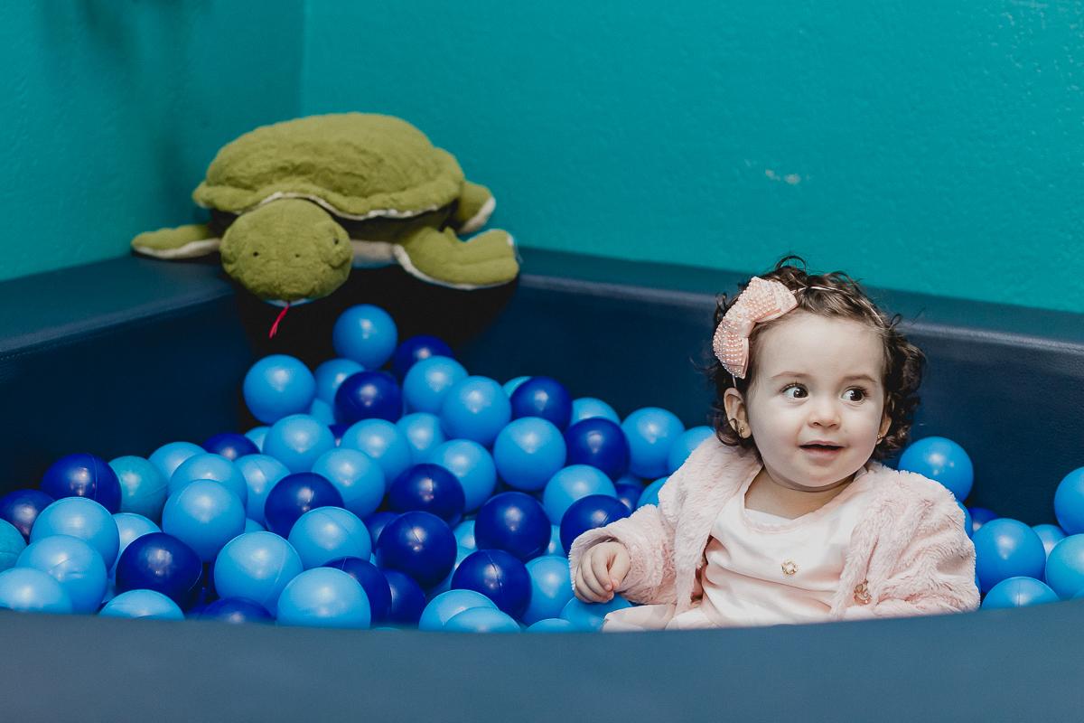 se divertindo na piscina de bolinhas