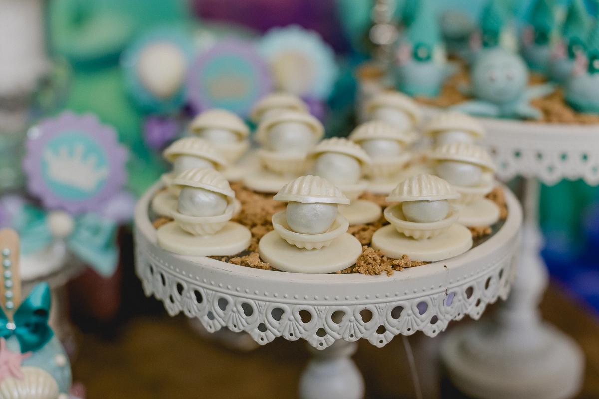 detalhes da mesa do bolo com o tema ariel