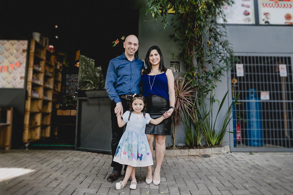retrato em familia na frente do buffet miniland tree em pinheiros sao paulo sp