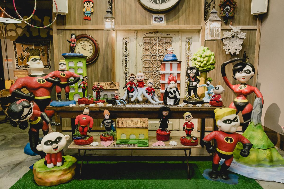 interior do buffet miniland e mesa com o tema os incriveis
