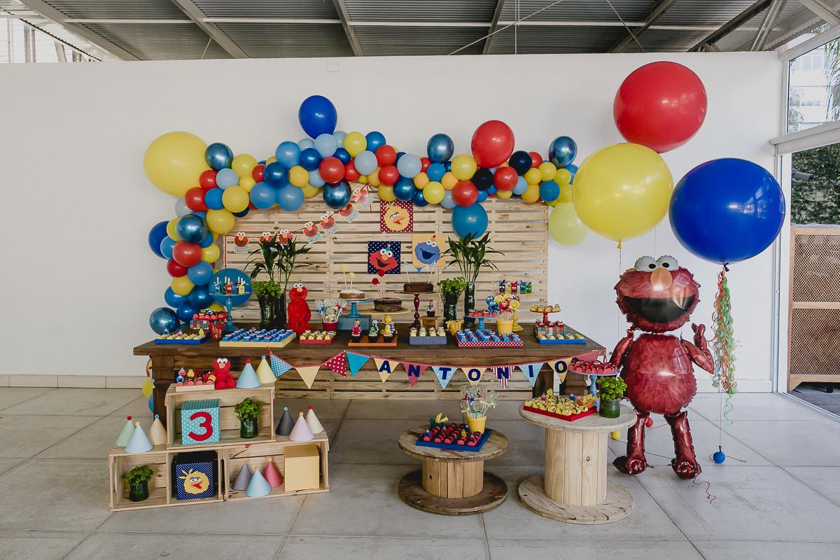 detalhes da mesa do bolo com o tema vila sesamo feita pela mini mimo festas