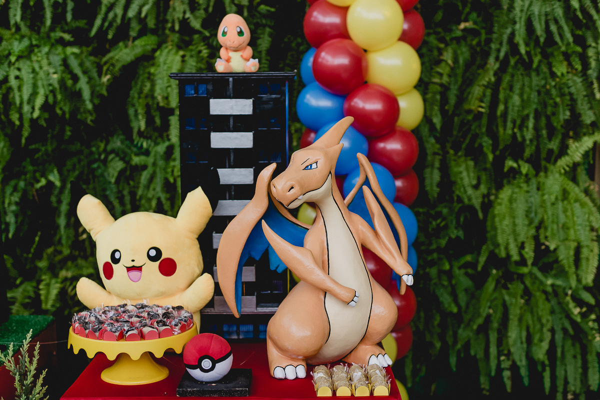 detalhes da mesa do bolo com o tema pokemon