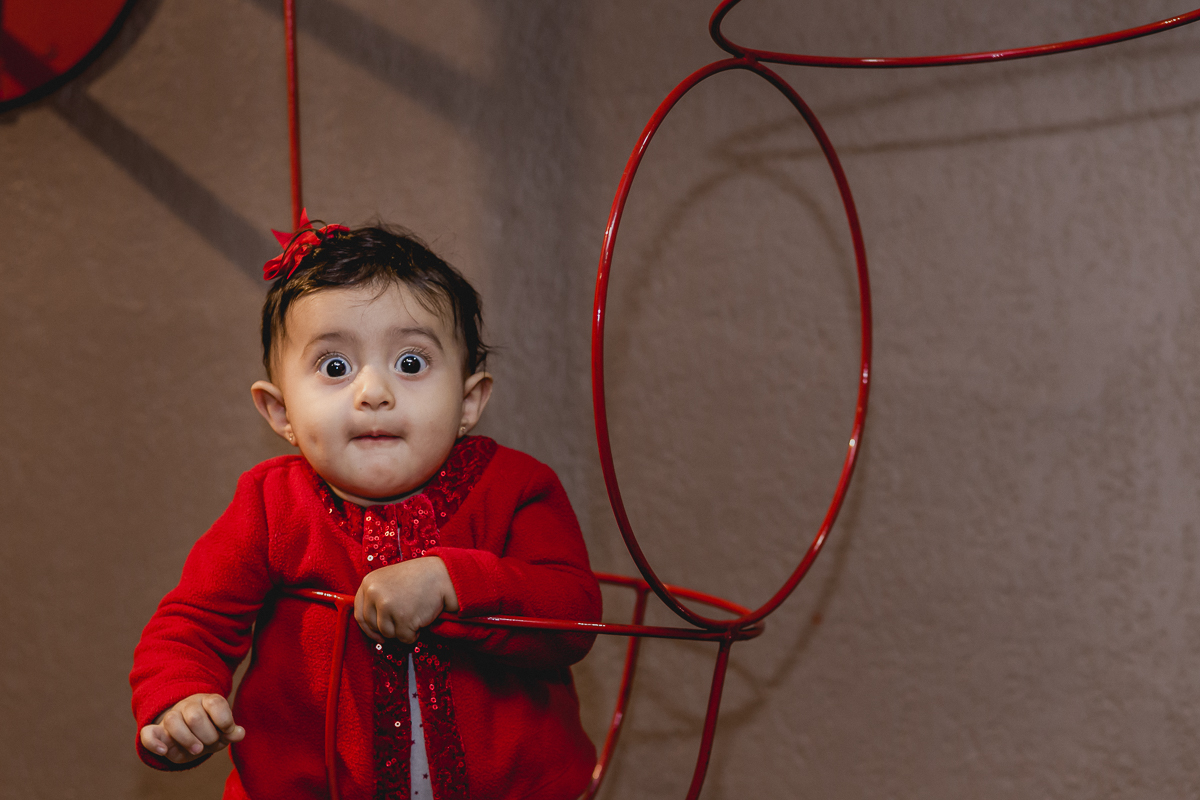 Criança encaixada no brinquedo com olhos arregalados no Buffet Miniland - Tatuapé - SP