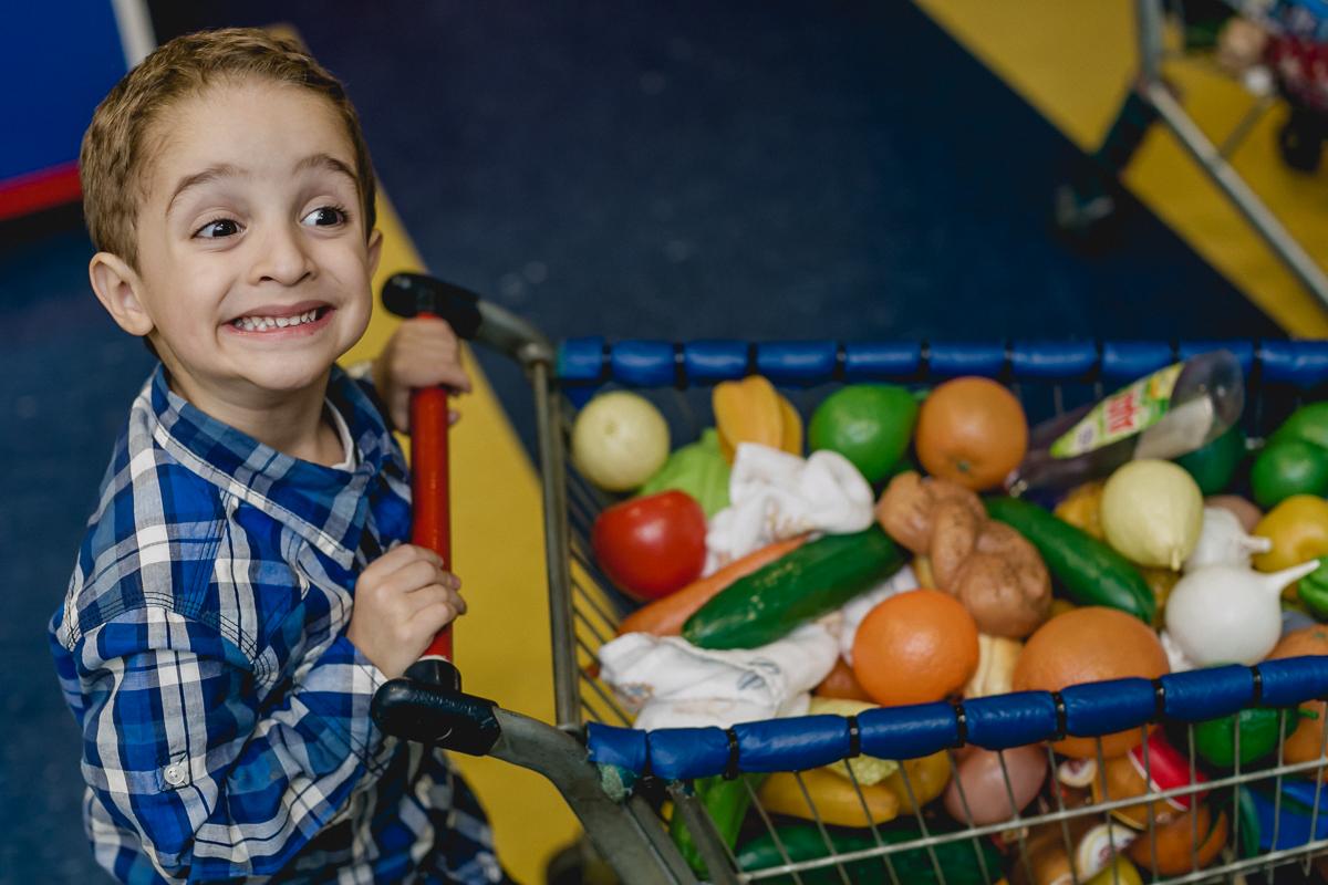 Criança Fazendo compras do mês de brincadeira no Buffet Miniland - Tatuapé - SP