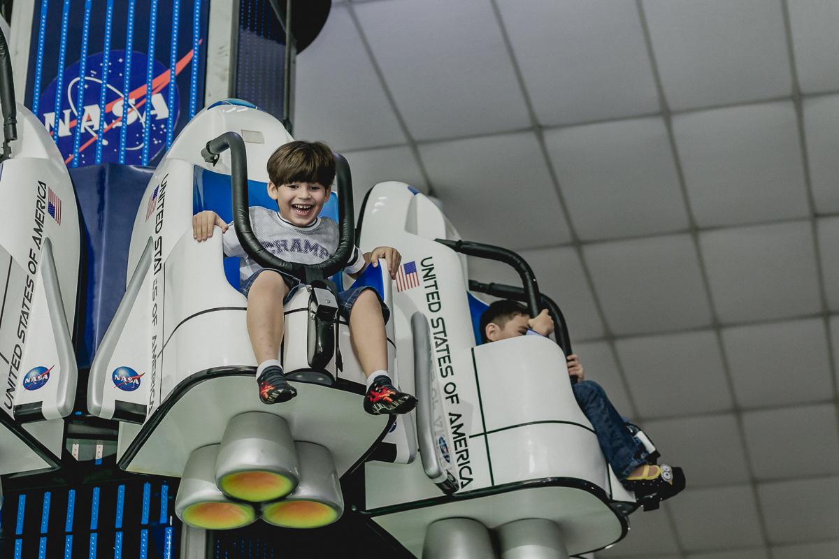 Amiguinho bricando na torre do Espaço Diversão e Arte - Zona Norte - SP