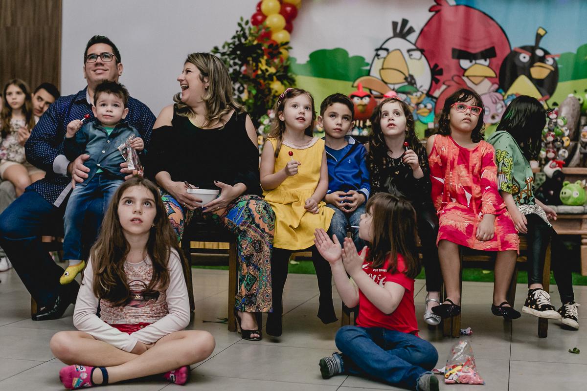 Familia toda assistindo a retrospectiva do Samuel no Espaço Diversão e Arte - Zona Norte - SP