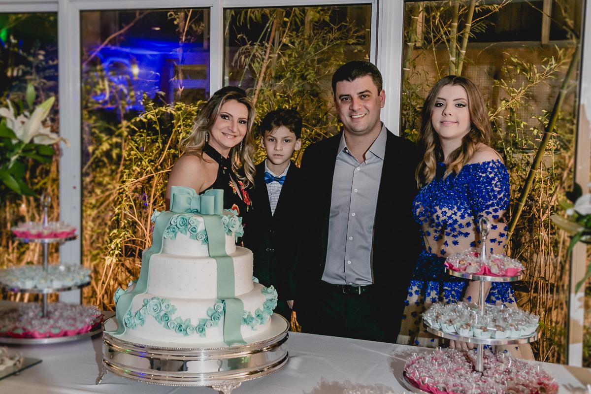 Foto com a família na mesa do bolo