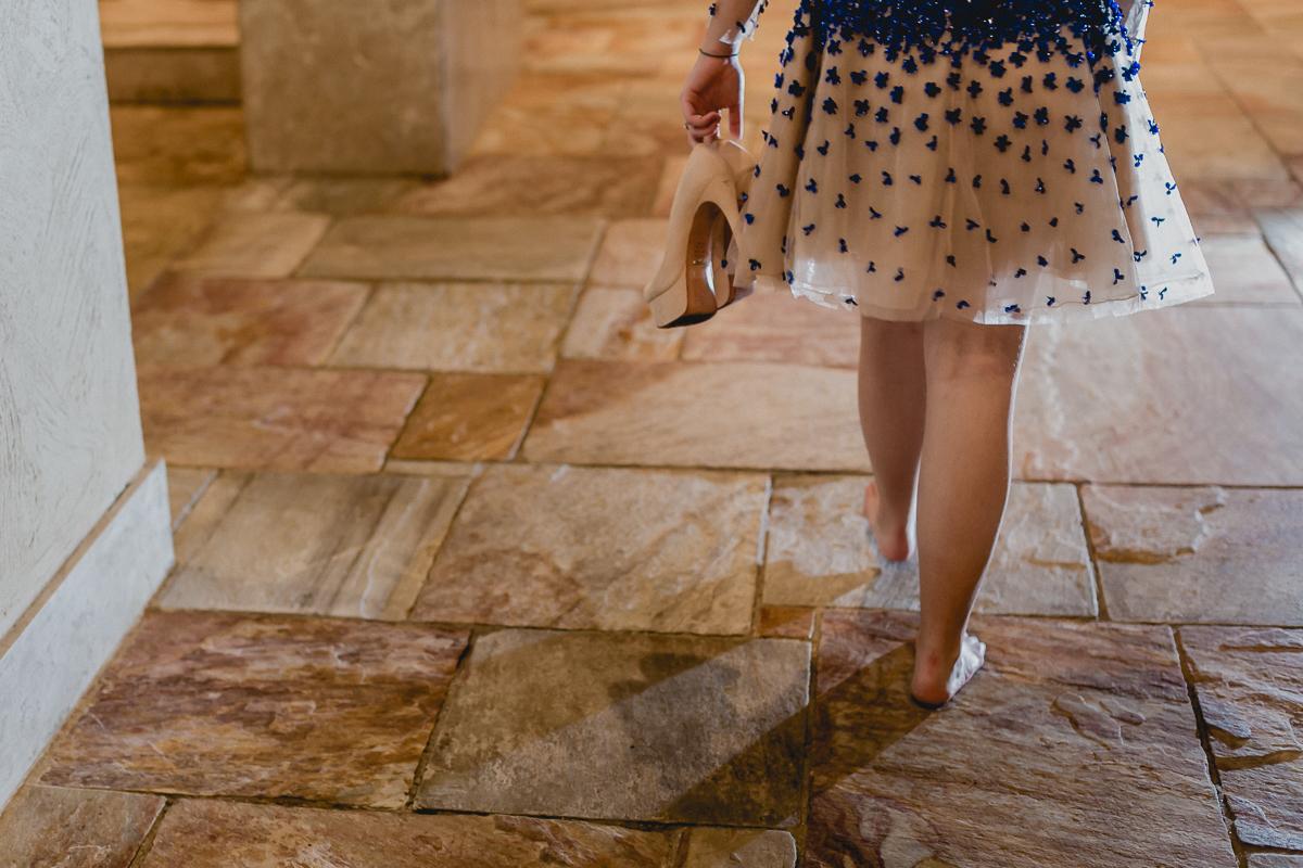Com os pés descalços no final da festa