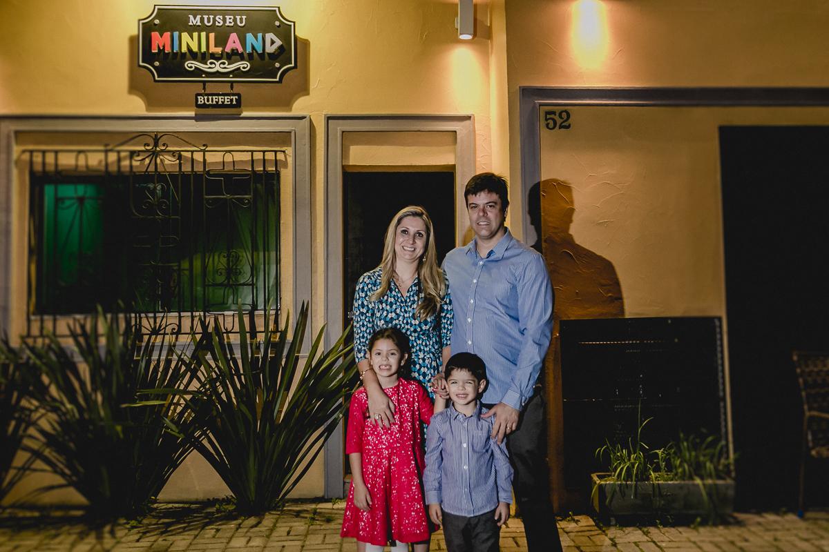 Familia na fachada do Buffet MIniland