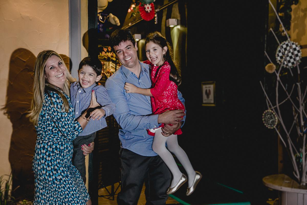 Familia se divertindo na fachada do Buffet MIniland