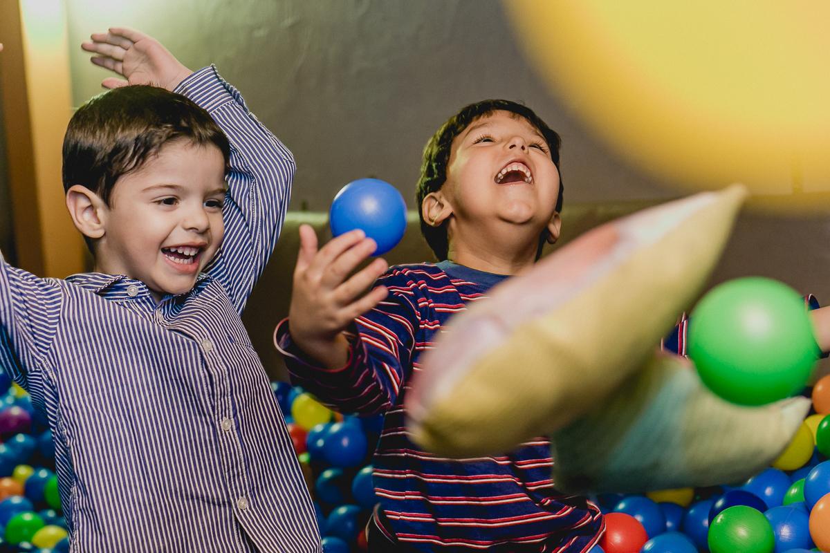 Andre e amiguinho brincando nas bolinhas