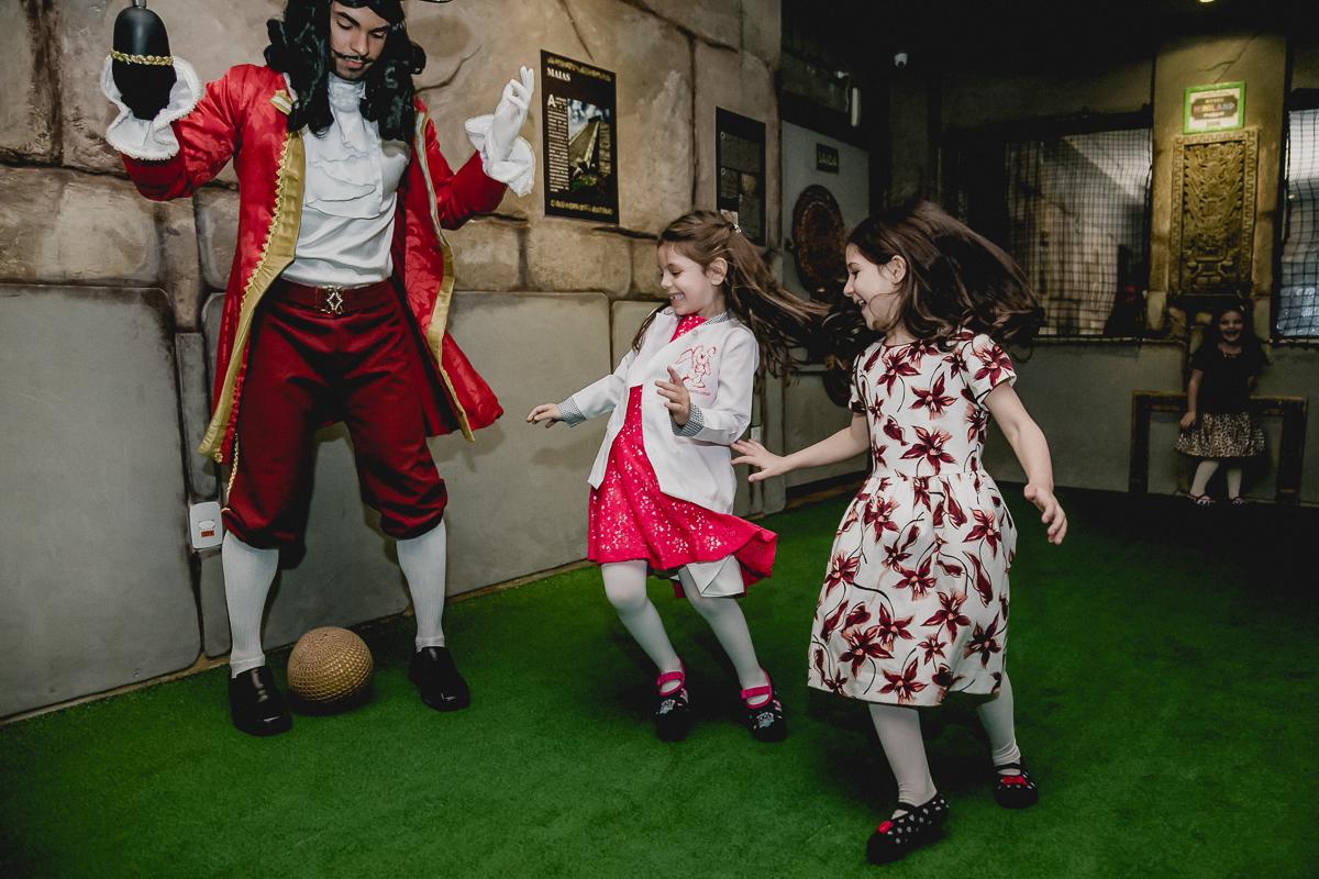 Bruna jogando futebol com o pirata no Buffet Miniland