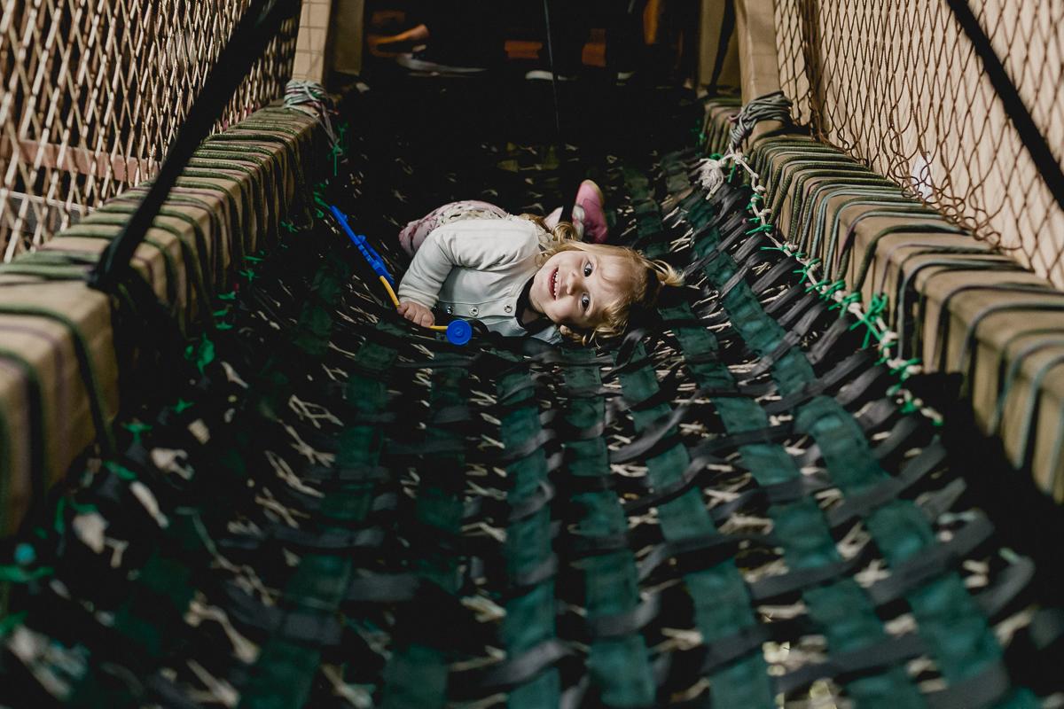 Deitada na ponte do buffet miniland
