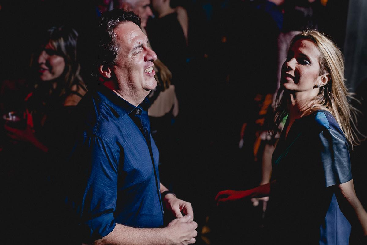 Cunhado e irmã da clarissa dançando na festa
