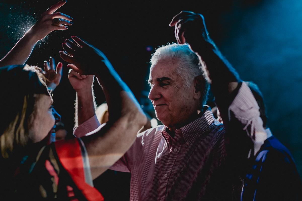 Pai da Clarissa dançando na festa
