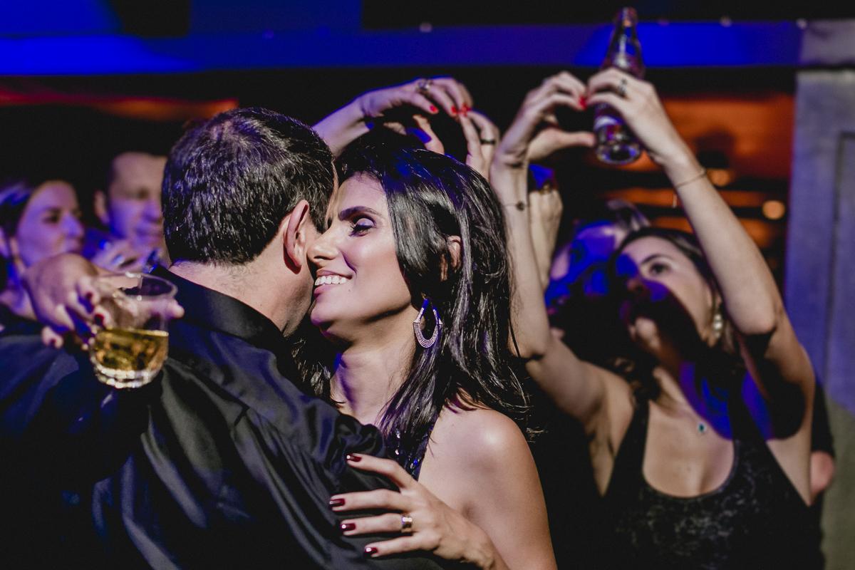 Beijos no marido enquanto amigas fazem corações