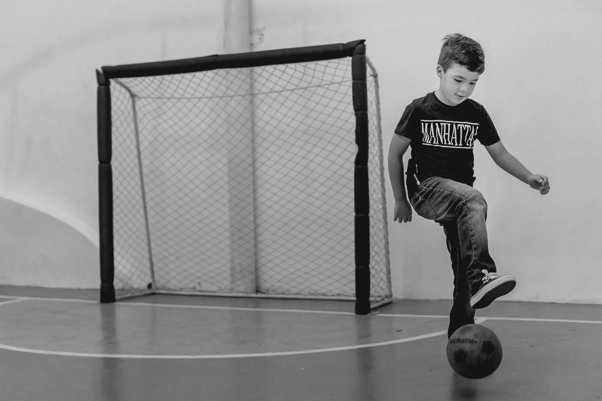 felipe jogando futebol na quadra