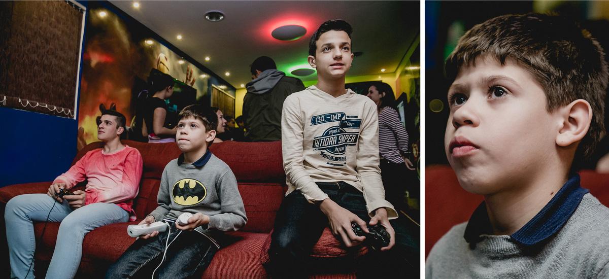 jogando video game com os amigos