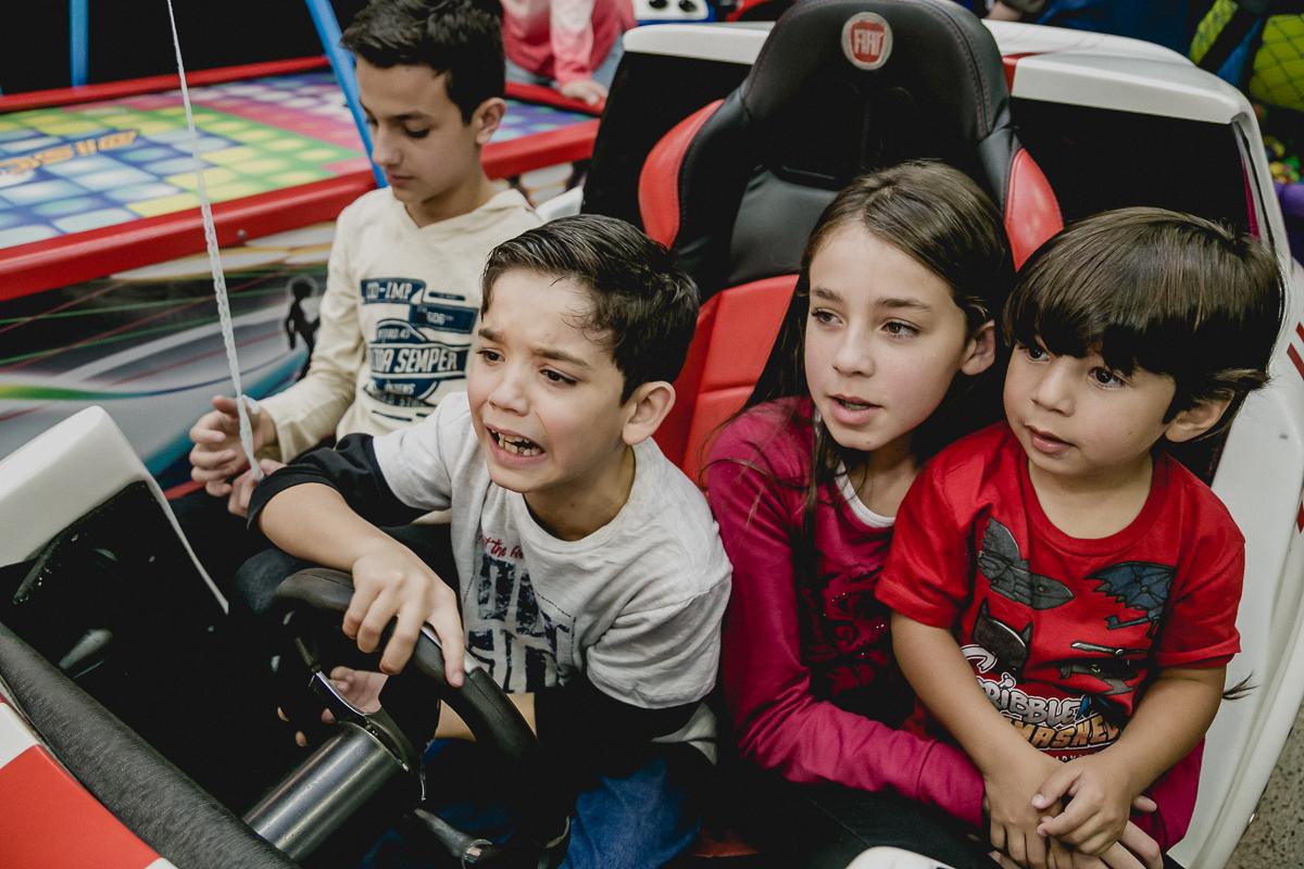 convidados brincando no jogo de corrida