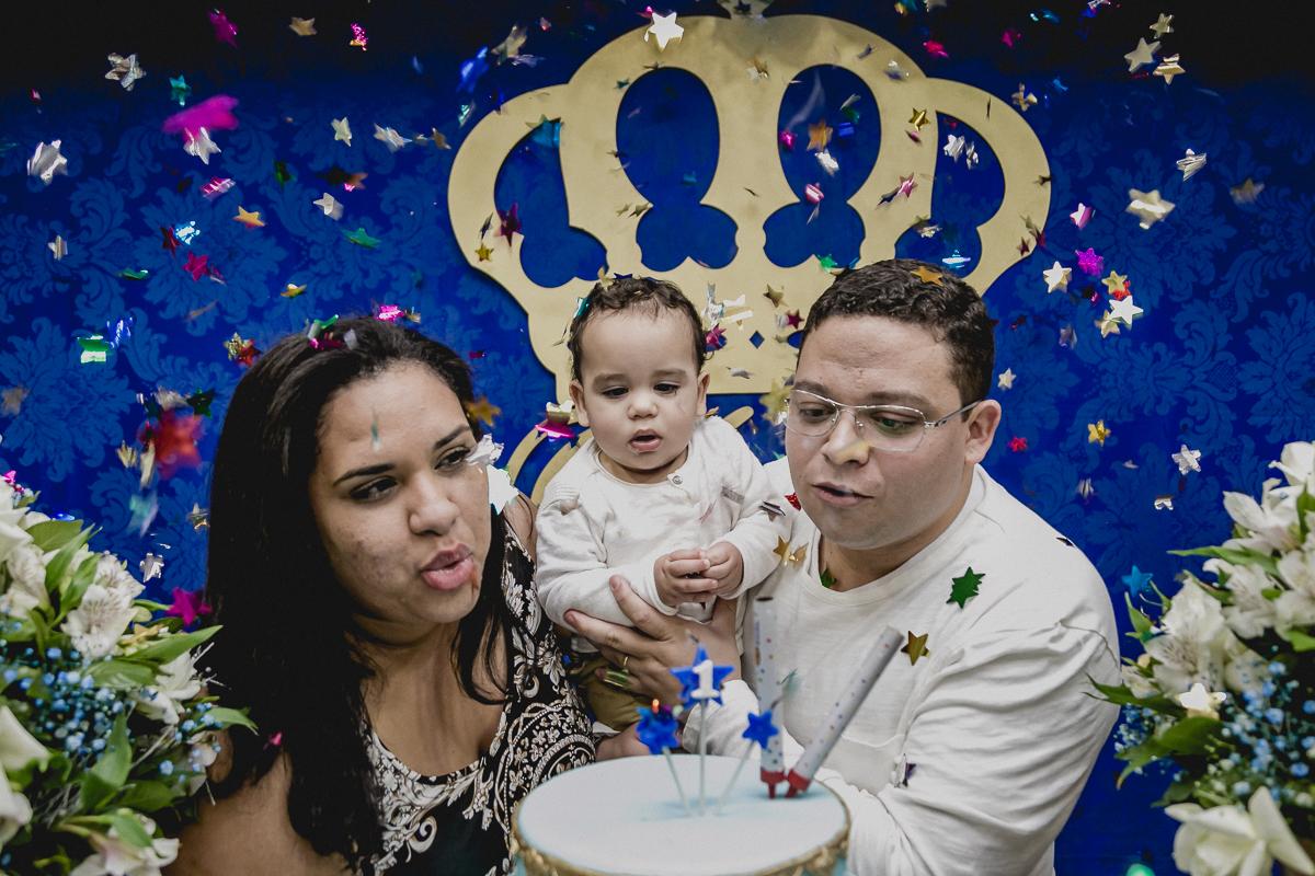Davi e familia assoprando a vela
