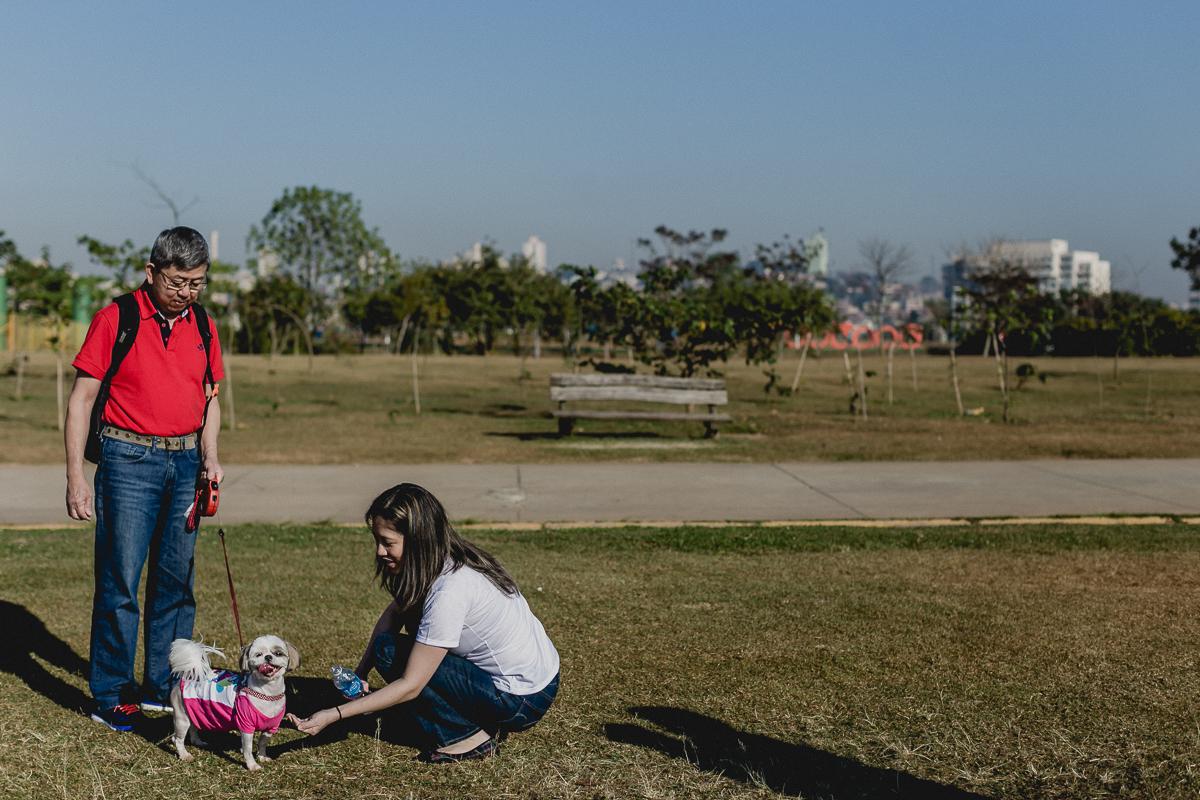 dando agua para a cachorrinha cookie no parque villa lobos