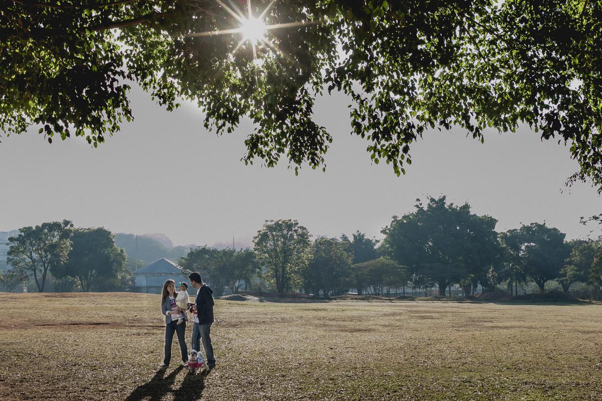 passeando com o papai e a mamãe no sol