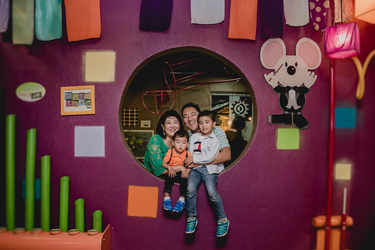 Com a família no buraco da parede
