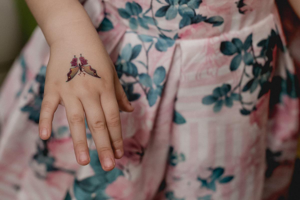 tatuagem na mão da alice