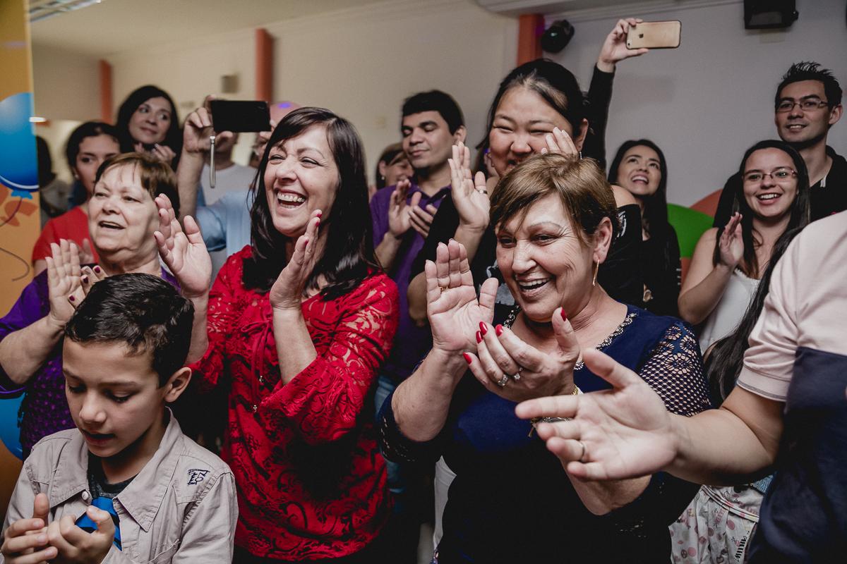 convidados batendo palmas na hora do parabens