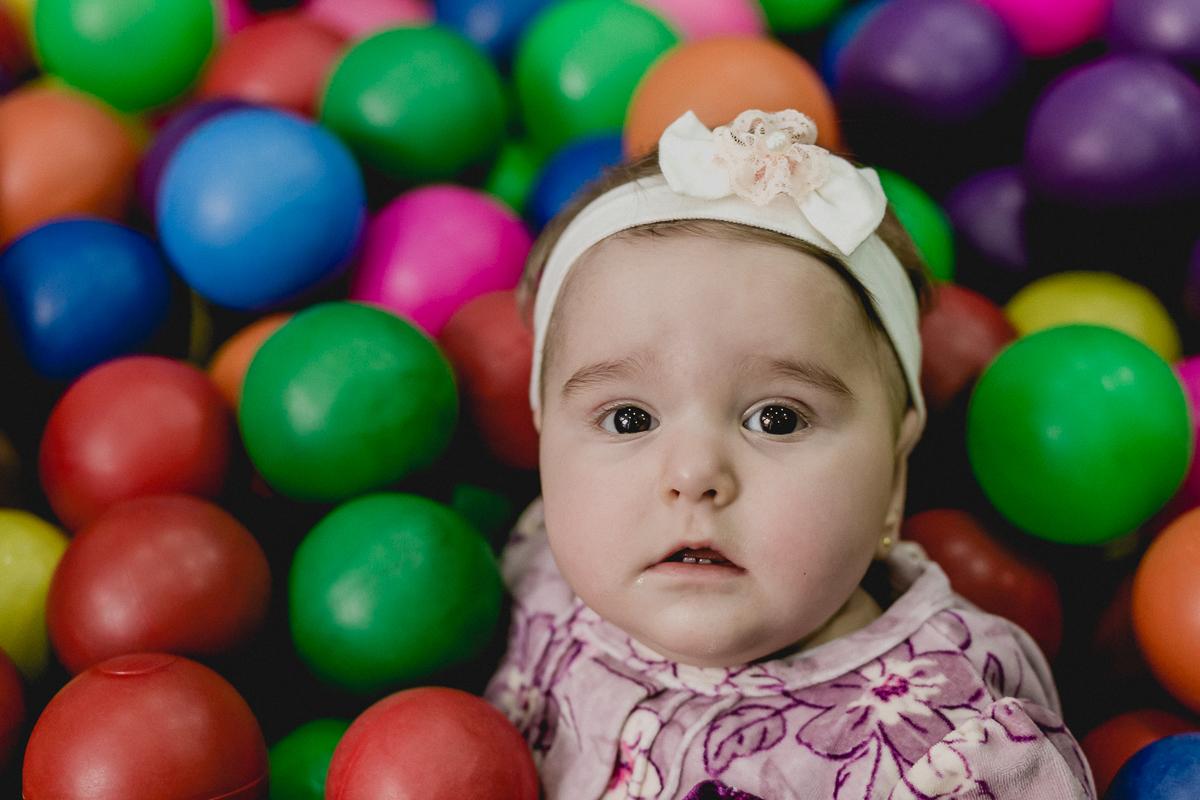 bebezinha na piscina de bolinhas