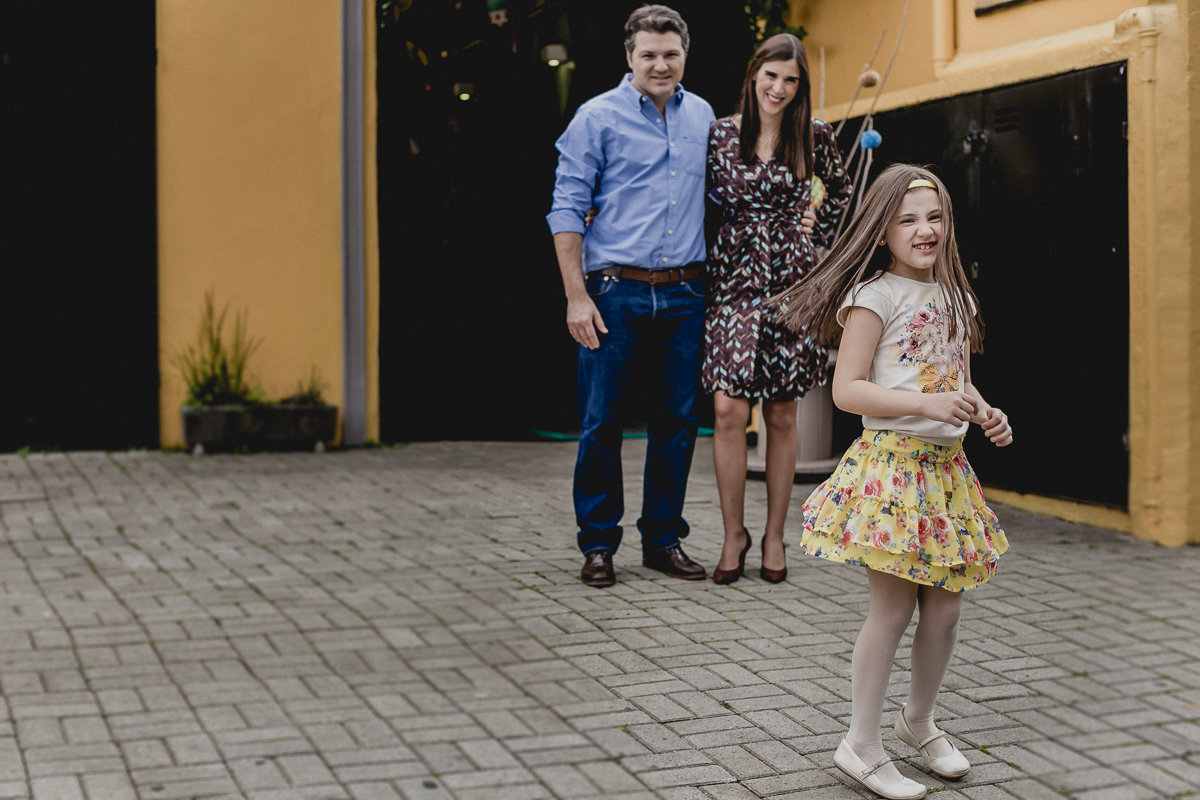retrato em familia na frente do buffet