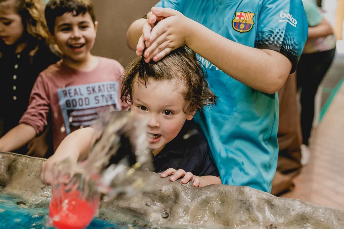 primo bagunçando o cabelo do thiago que joga agua pra cima