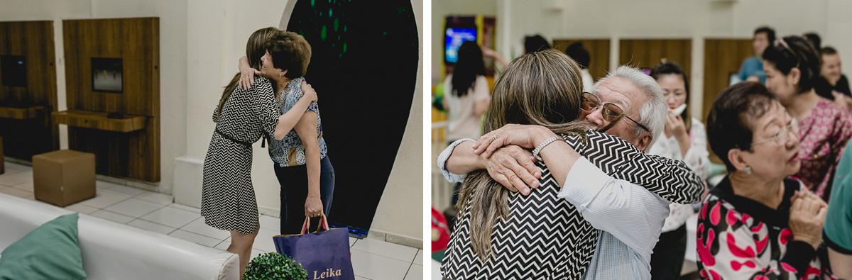 recebendo os convidados com abraços